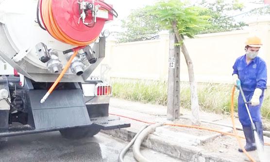 Đội ngũ thợ lành nghề thực hiện việc hút hầm cầu nhanh chóng, hiệu quả, vệ sinh