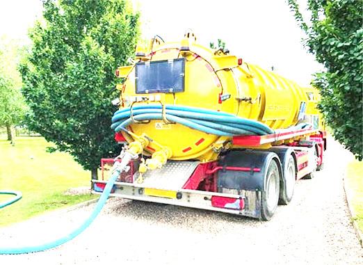 Trang bị đầy đủ xe hỗ trợ thực hiện hút hầm cầu Phú Giáo